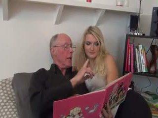 Heet blondine geneukt door oud man