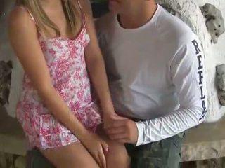 Virgin blondine tiener gets geneukt door heet guy