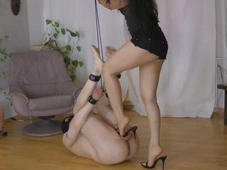 Karstās pavēlniece locekļa un olu mocīšana 2: humilation hd porno video 09