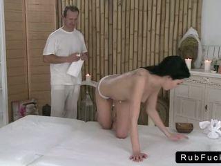 Brunette met een mooi bips rode de masseur naar afwerking