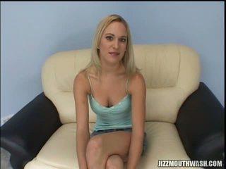 Krūtainas blondīne palaistuve erin moore gets interviewed pirms grupa no loceklis ierasties