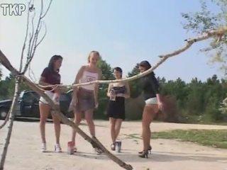 Piss 4 момичета в а писинг състезание