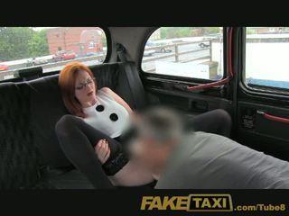 Faketaxi poredne rdeča glava s a velika pair od prsi