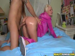 Rubia adolescente en rosa tosh locks takes grande boner a cuatro patas