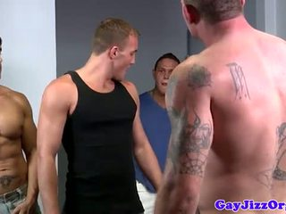 Alex andrews gets two cocks in zijn mond