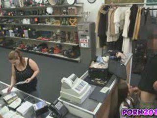 Evelyn đến xung quanh các counter và hút của tôi tinh ranh