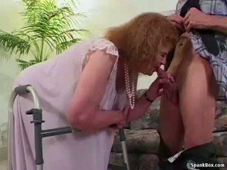 Perempuan tua loses dia gigi sementara mengisap