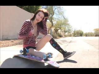 Aiden onto il strada skateboarding e spogliarsi bare