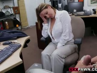 Obchod žena banged pre a plane ticket