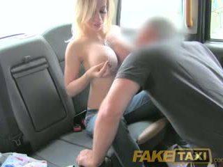 Faketaxi smulkutė ponia su didelis papai gets žemyn ir nešvankus