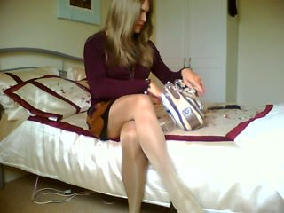 Блондинки crossdresser е пушене alone