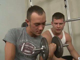 Kirk cummings seduces του buddy σε ο γυμναστήριο