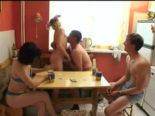 Russisk swingers spille stripping poker.