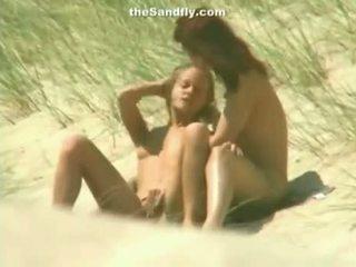 Feucht muschi masturbation auf nudist strand