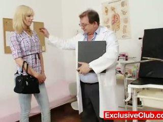 金發 bella morgan 訪問 gynoclinic 到 有 她的 p
