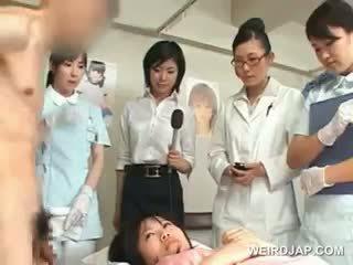 Aziatisch brunette meisje blows harig shaft bij de ziekenhuis
