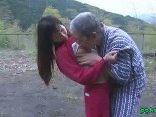 Asiática chica getting su coño licked y follada por viejo hombre corrida a culo al aire libre en