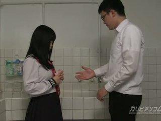 Innocent училище момиче gives свирки и ръка работни места за extra кредит