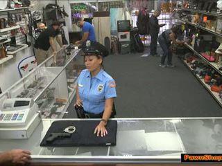 Bootyful latina veiligheid guard geneukt door de pawnshop owner