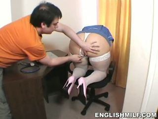 Jong blondine milf verpleegster blows hard boner