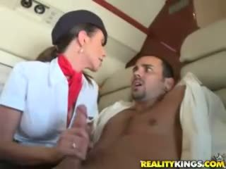 Quente flight attendents ariella ferrera e aimee addison dar em flight broche