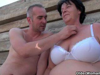 Lelijk grootmoeder met 1 inch tepels geneukt outdoors