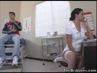 Secy zdravotní sestra treats ji pacient