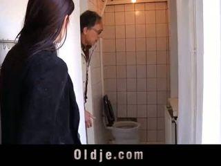 Stary salesman fucks młody koedukacyjne w a spotkanie