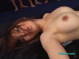 Gros seins asiatique fille baisée par beaucoup guys en masks creampies sur la mattress en la donjon