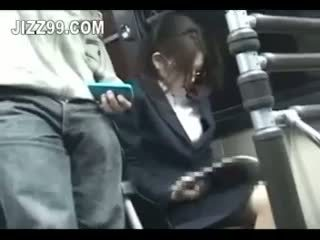 Biuro pani seduced fucked przez geek na autobus