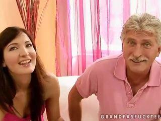 Dědeček a dospívající beauty enjoying horký pohlaví