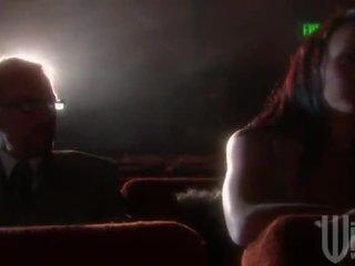 Negra haired goes para o cinema para um band invadir