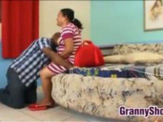 Tuk latina babičky stále loves a dobrý libra