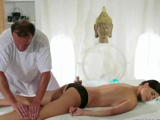 Cycate brunetka gets piersi masaż