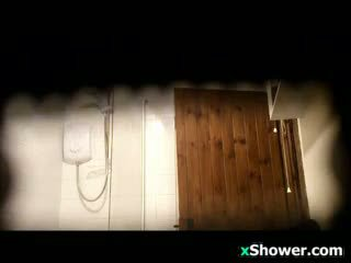 Dewasa wanita watched showering oleh sebuah mata-mata kamera