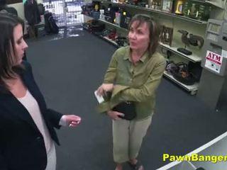 Cheeky veikals owner bangs customer's vāvere