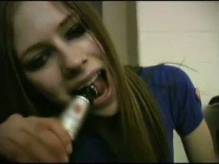 Avril lavigne flashing áo ngực.