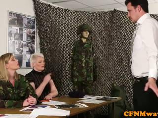 Kobieca dominacja armia mamuśka holly kiss tugs rekrut