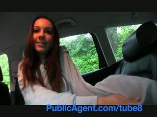 Publicagent brunette tiener met groot boezem geneukt in auto