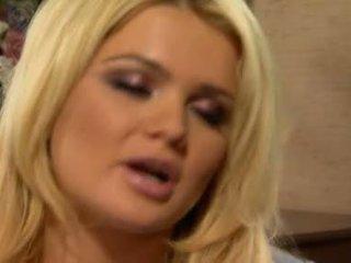 Alexis ford has 她的 甜 圓 mams sprayed 同 新鮮 creamy 公雞 牛奶