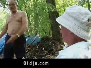 Oldman disciplines genç islak gömlek ile onun eski floppi göğüsler