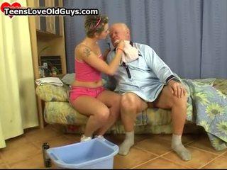 Сладурана тийн момиче бръснене това дядо