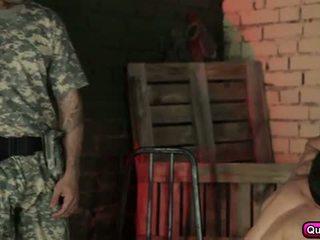 Горещ и възбуден soldiers група секс.