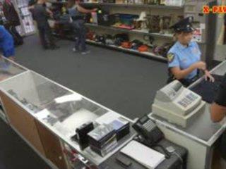 巨乳 警察 军官 pawns 她的 stuff 和 nailed 到 赚 现金