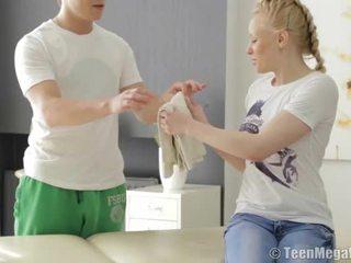 Blondine tiener geneukt door haar masseur