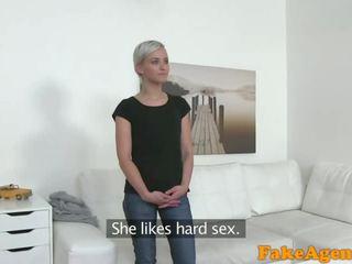 Fake agent chaud court haired blonde modèle baisée doggy style sur bureau