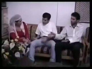 Arabialainen muslim milf gangbanged sisään ryhmä seksi mukaan 2 pieni aasialaiset semitic dicks