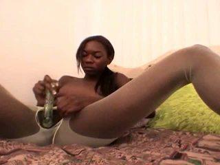 Tempting adoleshent e zezë e dashura në e bardhë nylons aisha anderson rubbing pidh me një gotë dildo