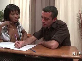 Francesa negra estudante em aluna uniforme double penetrated por 2 branca dicks