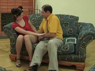 Jong chick in kniekousen gets geneukt door oud dude